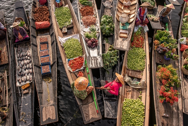 Drijvende markt in de ochtend bij inle-meer, shan-staat, myanmar