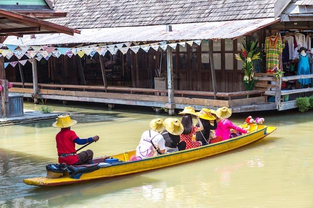 Drijvende markt in pattaya, thailand