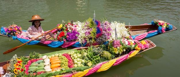 Drijvende markt met fruit, groenten en verschillende items verkocht vanaf kleine boten