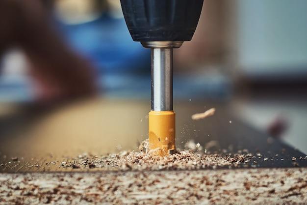 Drillighout met boorbeetje, houten verwerkingsclose-up