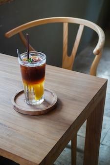 Drink ijskoude perzik en zwarte koffie