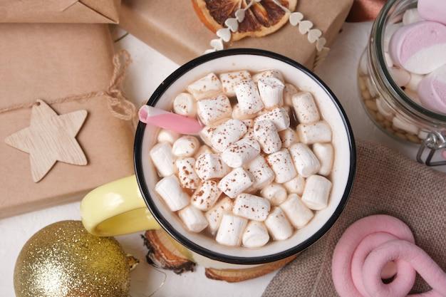 Drink in een kopje versierd met marshmallows