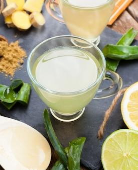 Drink met aloë vera en citroenen