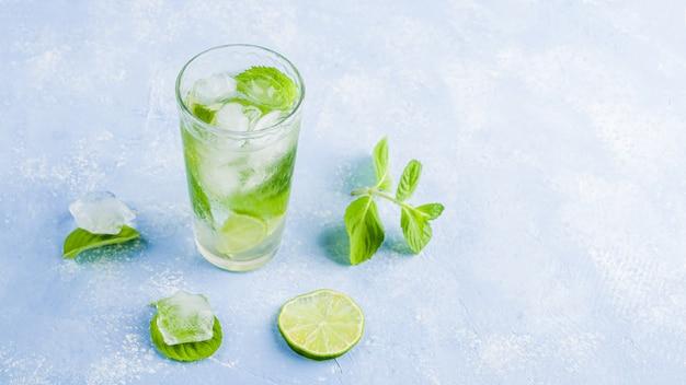 Drink met limoen en munt. zomerlimonades of ijsthee. mojito cocktails met ijsblokjes.