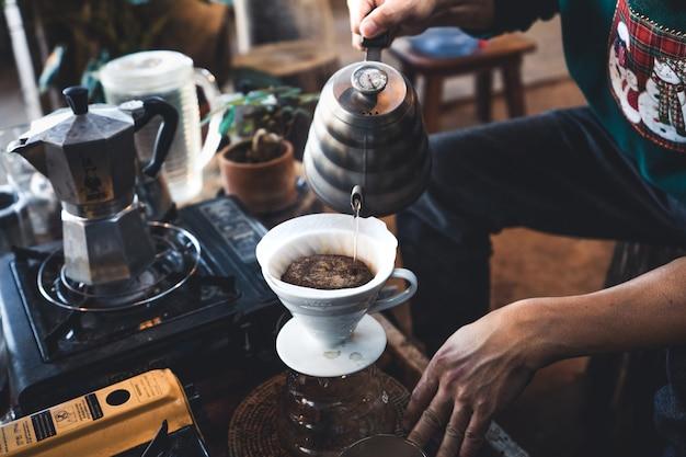 Drink 's ochtends koffie in een rustieke coffeeshop