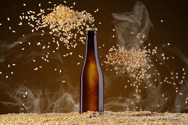 Drink sjabloon serie. bruin bierflesje met reflecties op een rook omber achtergrond met twee hopen verstrooiende tarwe. mockup klaar voor gebruik op uw showcase.