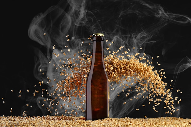 Drink sjabloon serie. bruin bierflesje met reflecties op een rookzwarte achtergrond met zwaar verstrooiende tarwekorrels. mockup klaar voor gebruik op uw ontwerp.