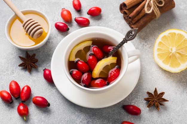 Drink van wilde rozen bessen met citroen en honing kaneel. vitamine nuttig aftreksel van rozenbottels.