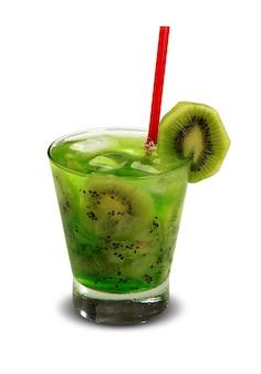 Drink verse kiwi met ijs geïsoleerd op een witte ondergrond. caipirinha.
