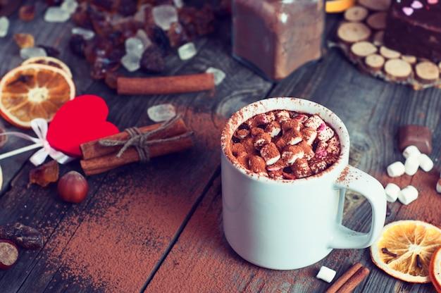 Drink warme chocolademelk met marshmallows