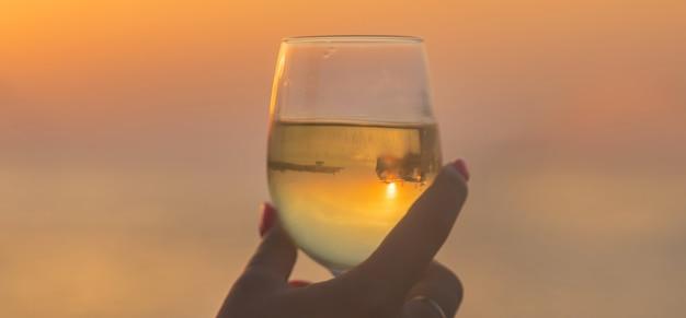 Drink wijn aan zee.