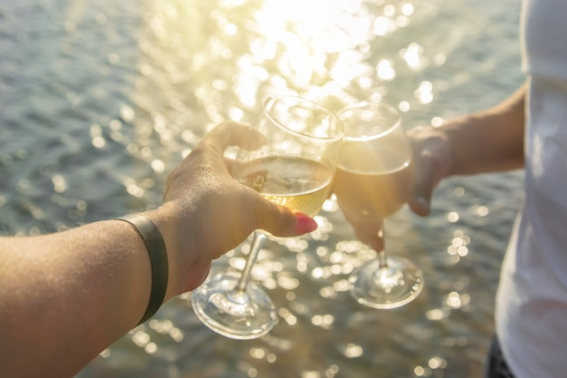 Drink wijn bij de zee