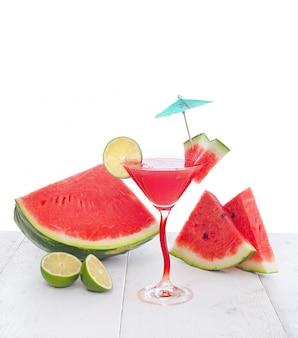 Drinken van watermeloen sap met limoen slice.