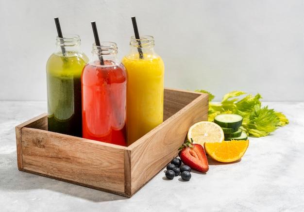 Drinkflessen in houten krat