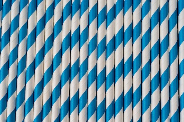 Drinkpapier kleurrijke rietjes voor zomercocktails achtergrond eco-vriendelijk. papieren cocktailkokers. strepen achtergrond