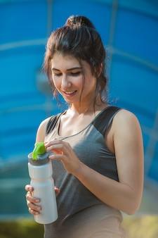 Drinkwater van de geschiktheids het mooie vrouw