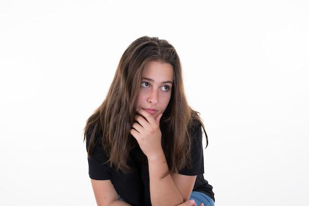 Droevig en eenzaam meisje huilend met een hand die haar gezicht bedekt
