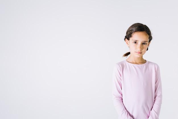 Droevig meisje dat camera bekijkt