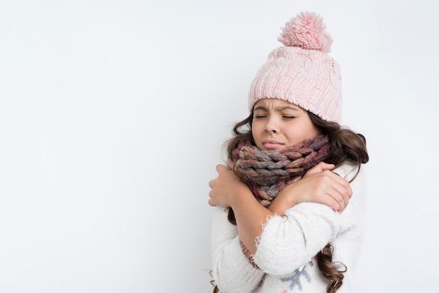 Droevig meisje met gekruiste handen op borst