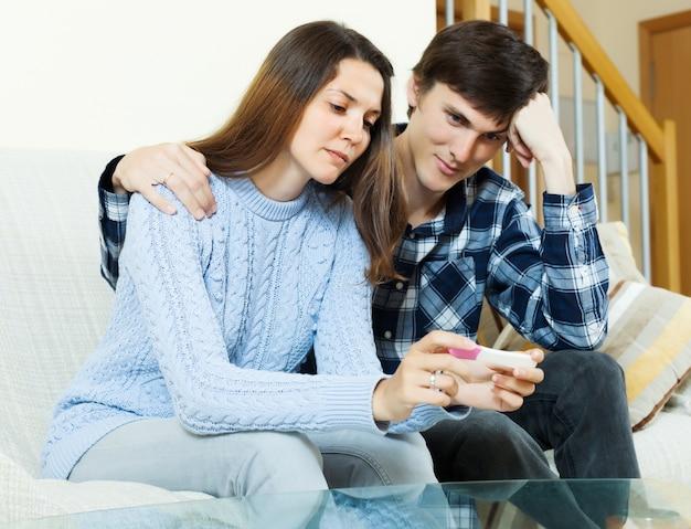 Droevig paar met zwangerschapstest