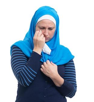 Droevige beklemtoonde arabische vrouw die rouw huilen alleen geïsoleerd op witte achtergrond