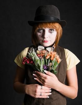 Droevige clown met bloemen