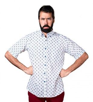 Droevige knappe brunette man met baard