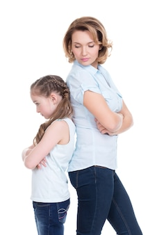 Droevige moeder en dochter die probleem of ruzie hebben die zich rijtjesstudio bevinden die op wit wordt geïsoleerd