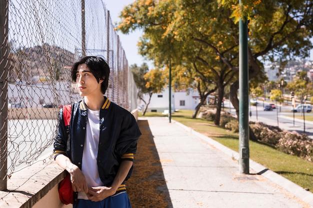 Droevige tiener die over probleem in straat denkt