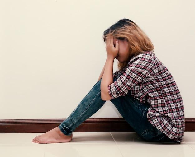 Droevige tiener met geruite overhemd huilen