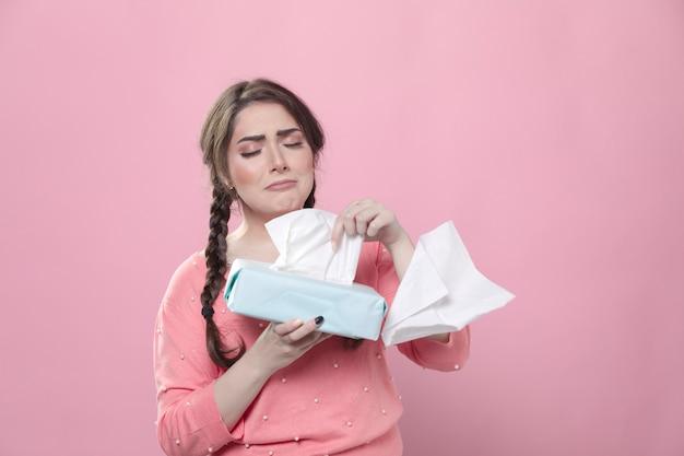 Droevige vrouw die en servetten huilen gebruiken