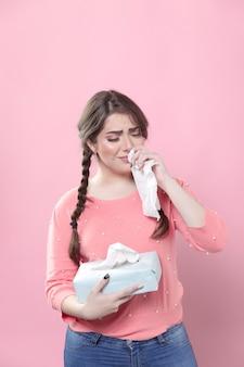 Droevige vrouw die terwijl het houden van servetten huilt