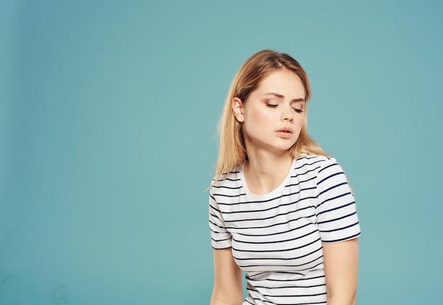 Droevige vrouw in t-shirt op blauwe achtergrond kopie ruimte bijgesneden weergave