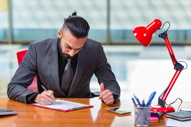 Droevige zakenmanzitting in het bureau