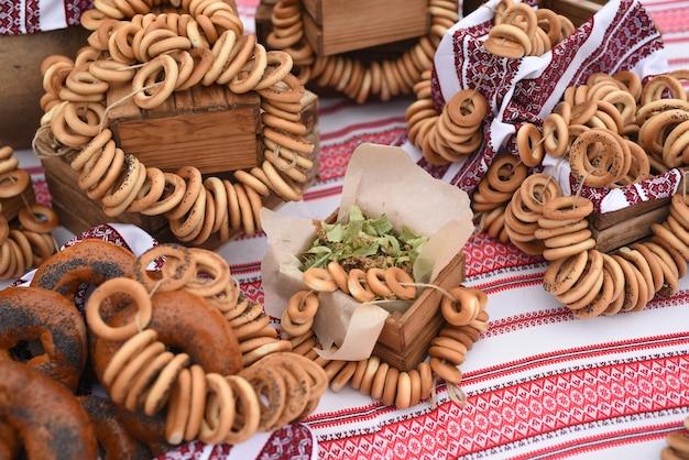 Droge bagels en bagels op een tafel met een geschilderd oekraïens tafelkleed