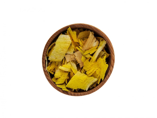 Droge berberiswortel in houten kop op wit