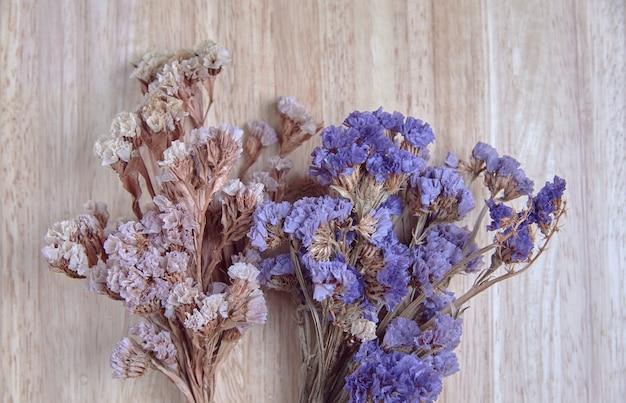 Droge bloem op het houten bord