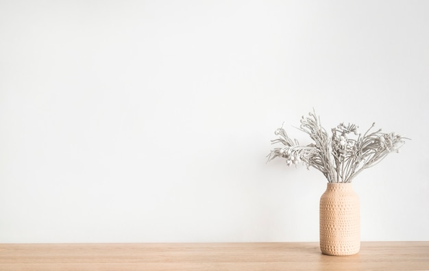 Droge bloemen planten bloemen in een vaas tafel tegen witte muur minimalistisch scandinavisch