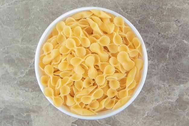 Droge boog pasta in witte kom
