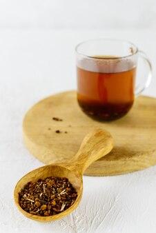 Droge chaga-thee in een houten lepel