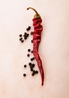 Droge chili en zwarte peper
