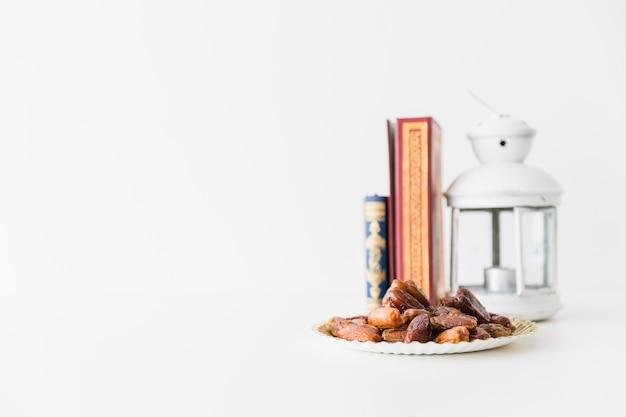 Droge dadels en koran met lantaarn