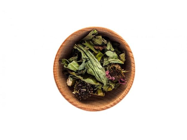 Droge echinacea-purpurea in een houten kop op een witte lijst