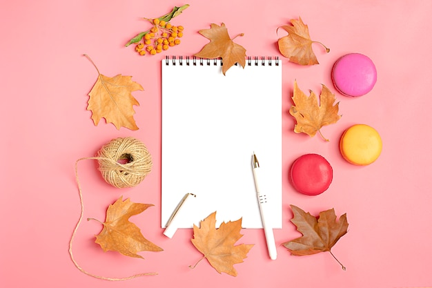 Droge esdoorn bladeren, macaroon, witte kladblok herfst concept to do list hallo september, octobe