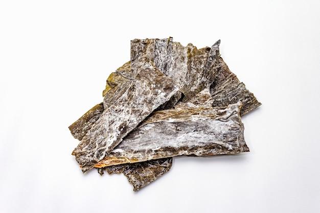 Droge geïsoleerde lamaria japonica kelp. kombu-zeewier, traditioneel japans ingrediënt voor het koken van dashi-soep.
