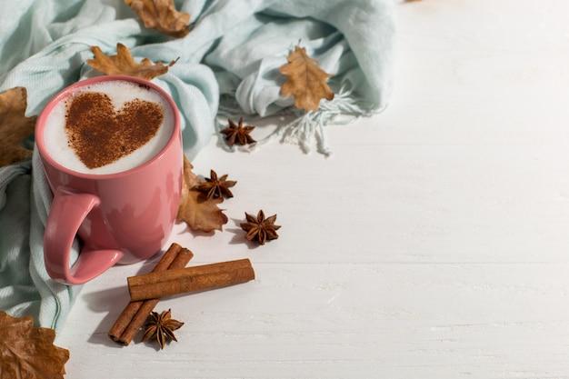 Droge gele bladeren, kruiden, blauwe sjaal, koffie met hartpatroon op tafel, goedemorgen is de beste startdag. herfst stemming achtergrond, copyspace.