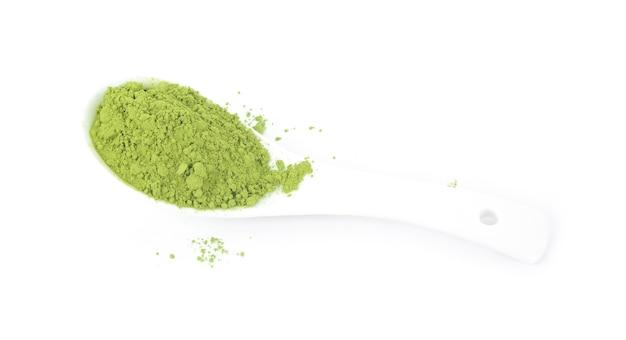 Droge gepoederde matcha groene thee geïsoleerd op wit