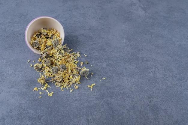 Droge gezonde kruiden op grijze achtergrond.