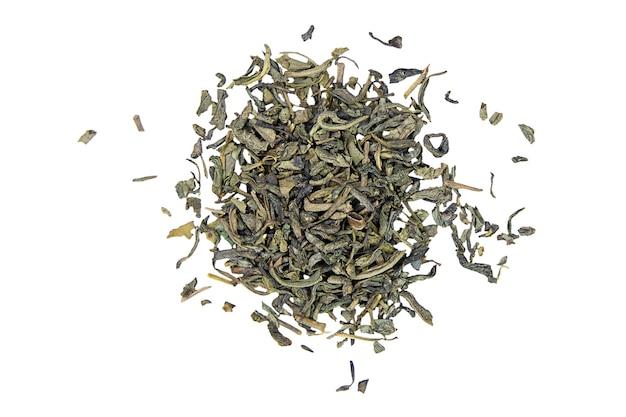 Droge groene theeblaadjes geïsoleerd op een witte achtergrond