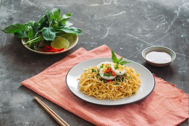 Droge instant noedels - aziatische ramen en groenten voor de soep